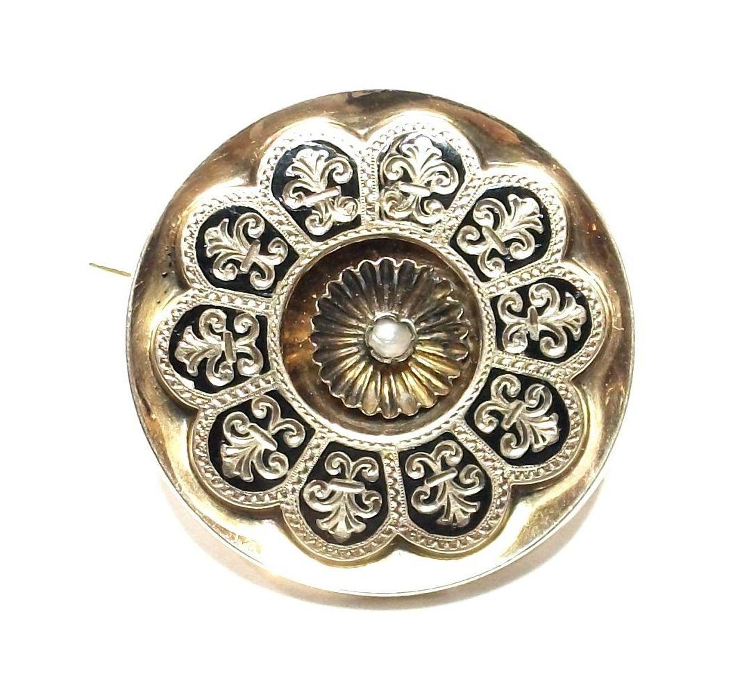 Broche circular con decoración vegetal, realizado en oro de 18k con esmalte y perla natural. S.XIX..