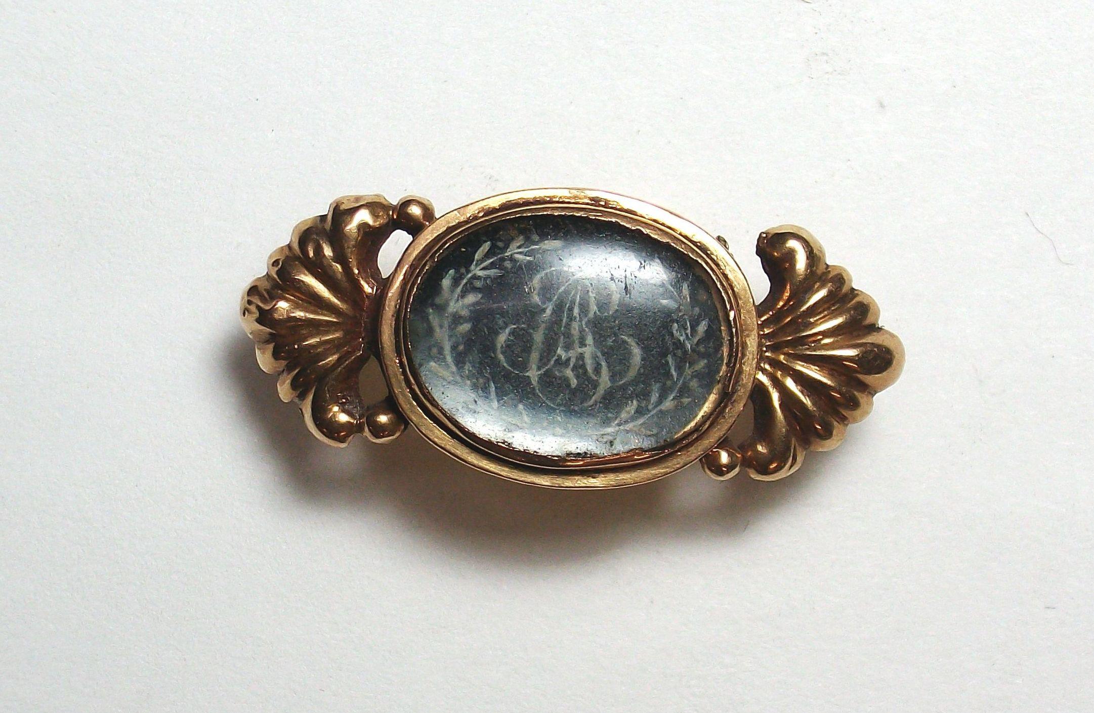 """Broche de oro de 18k con iniciales """"A, R,C"""" en esmaltes y vidrio. S.XIX: Catálogo de Antigua Joyeros"""