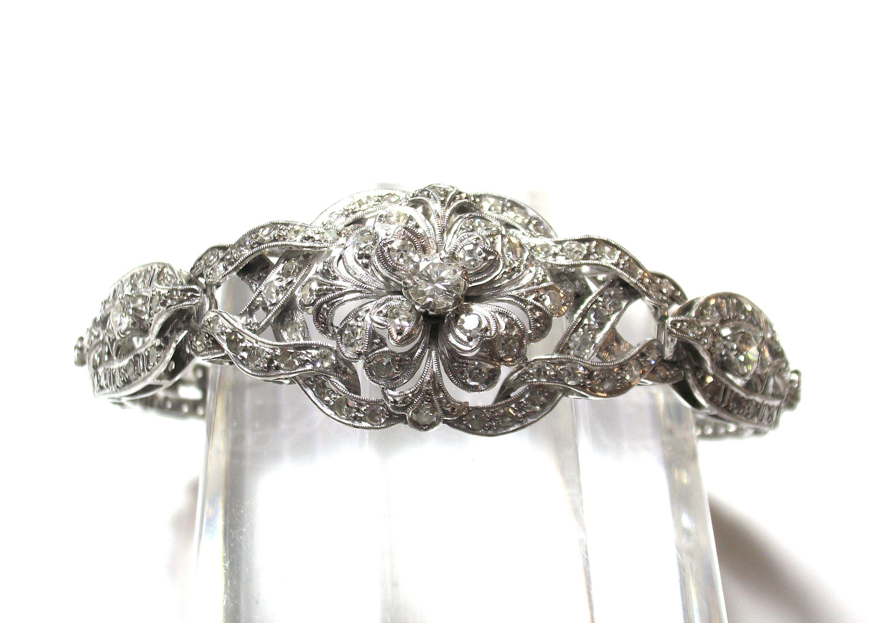 Pulsera con motivos vegetales realizada en oro blanco con diamantes. Circa: 1950-1960. VENDIDA
