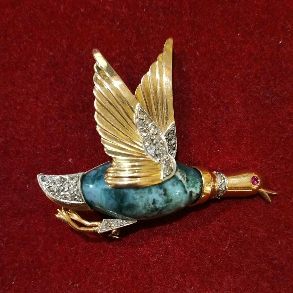 Broche con ave en oro de 18k, ágata, diamantes y rubí. Circa 1940.: Catálogo de Antigua Joyeros