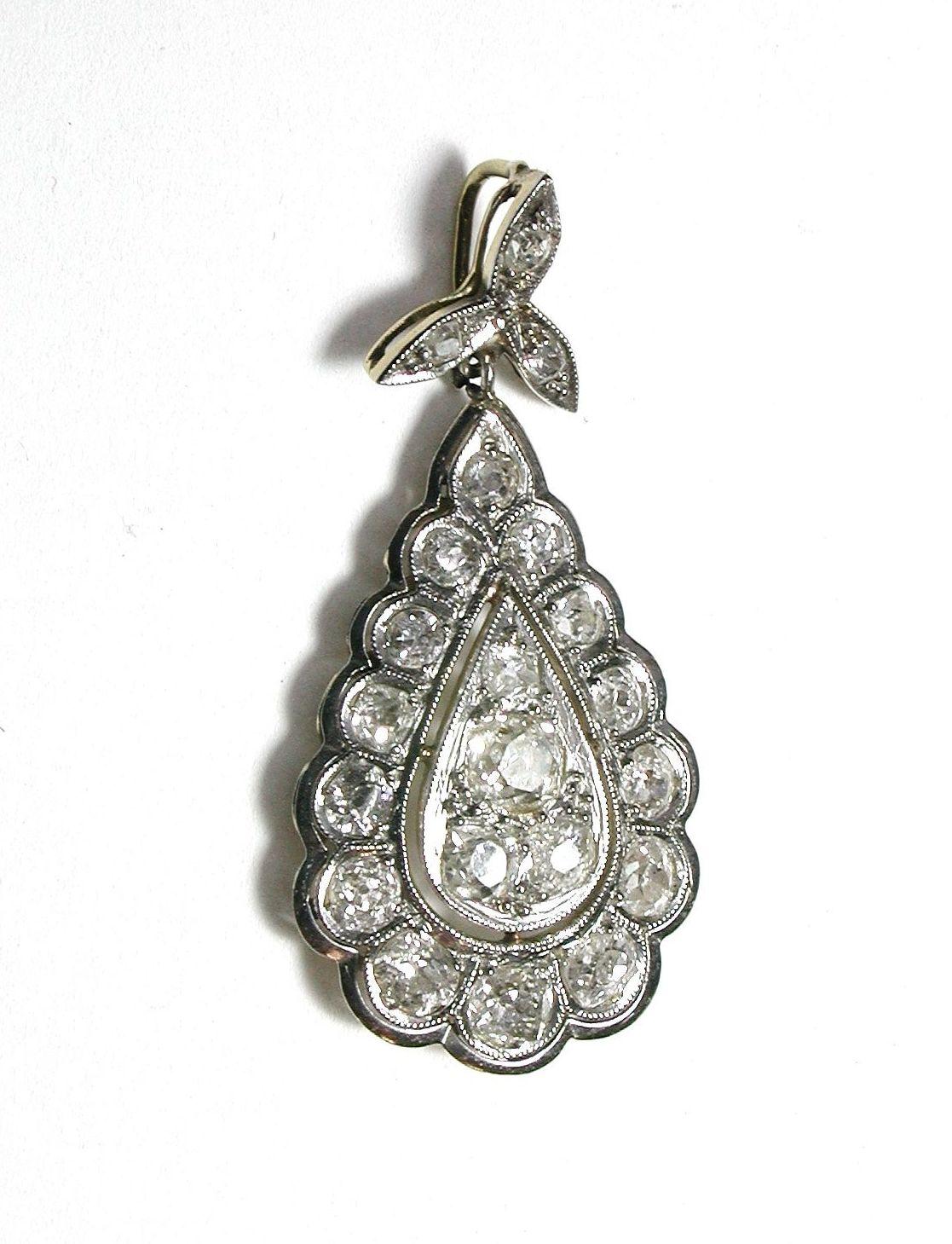 Colgante de oro de 18k con vistas en platino y diamantes talla rosa.1910-20: Catálogo de Antigua Joyeros