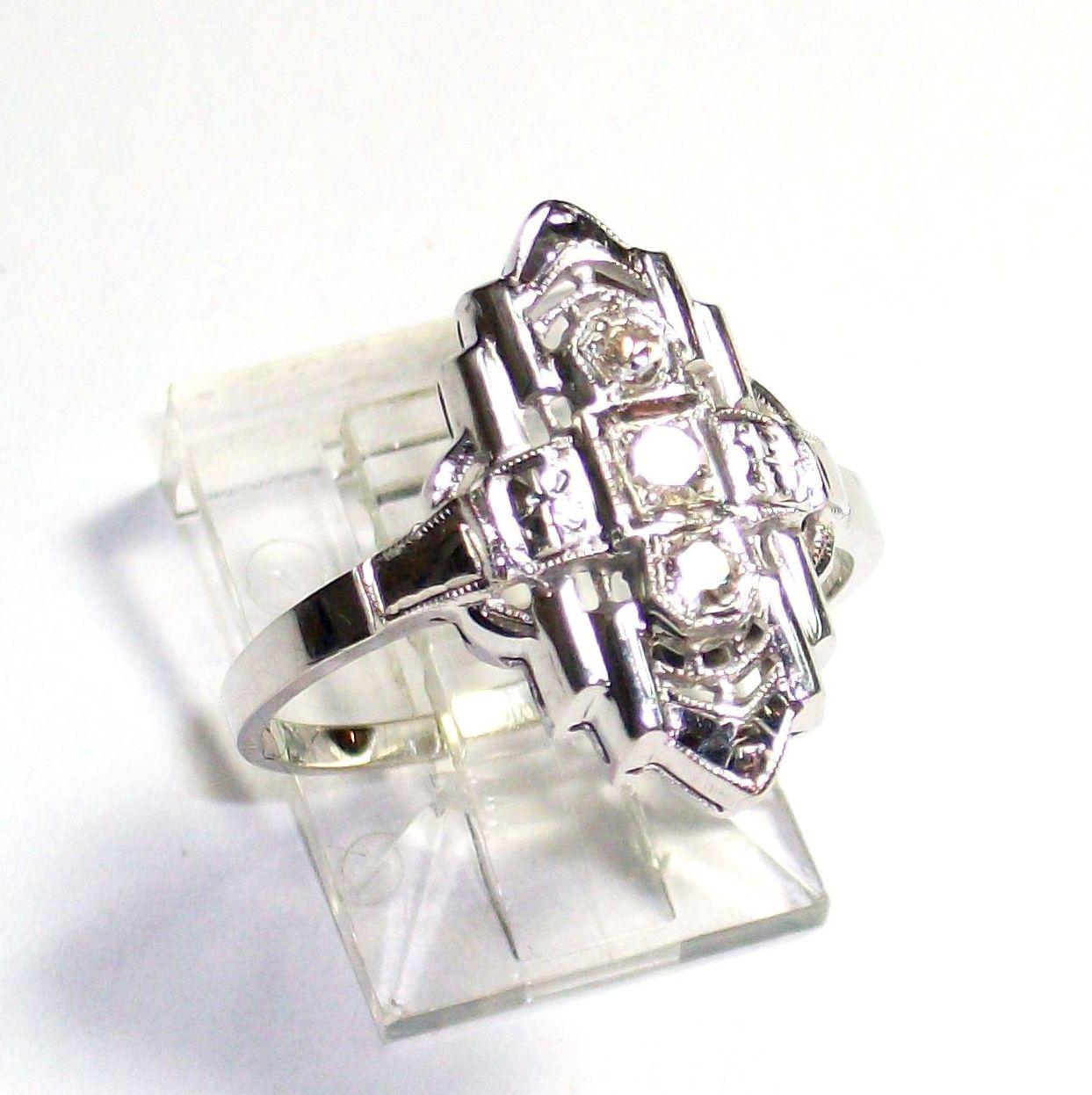 Sortija Art Decó realizada en oro blanco de 14k y diamantes talla antigua. Circa 1920.