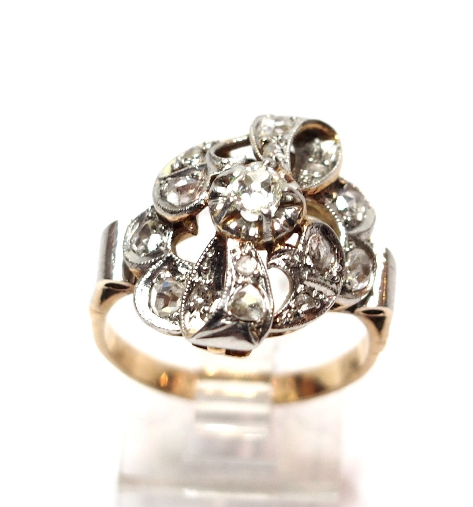 Sortija con motivo vegetal de oro de 18k con diamantes. Circa: 1930: Catálogo de Antigua Joyeros