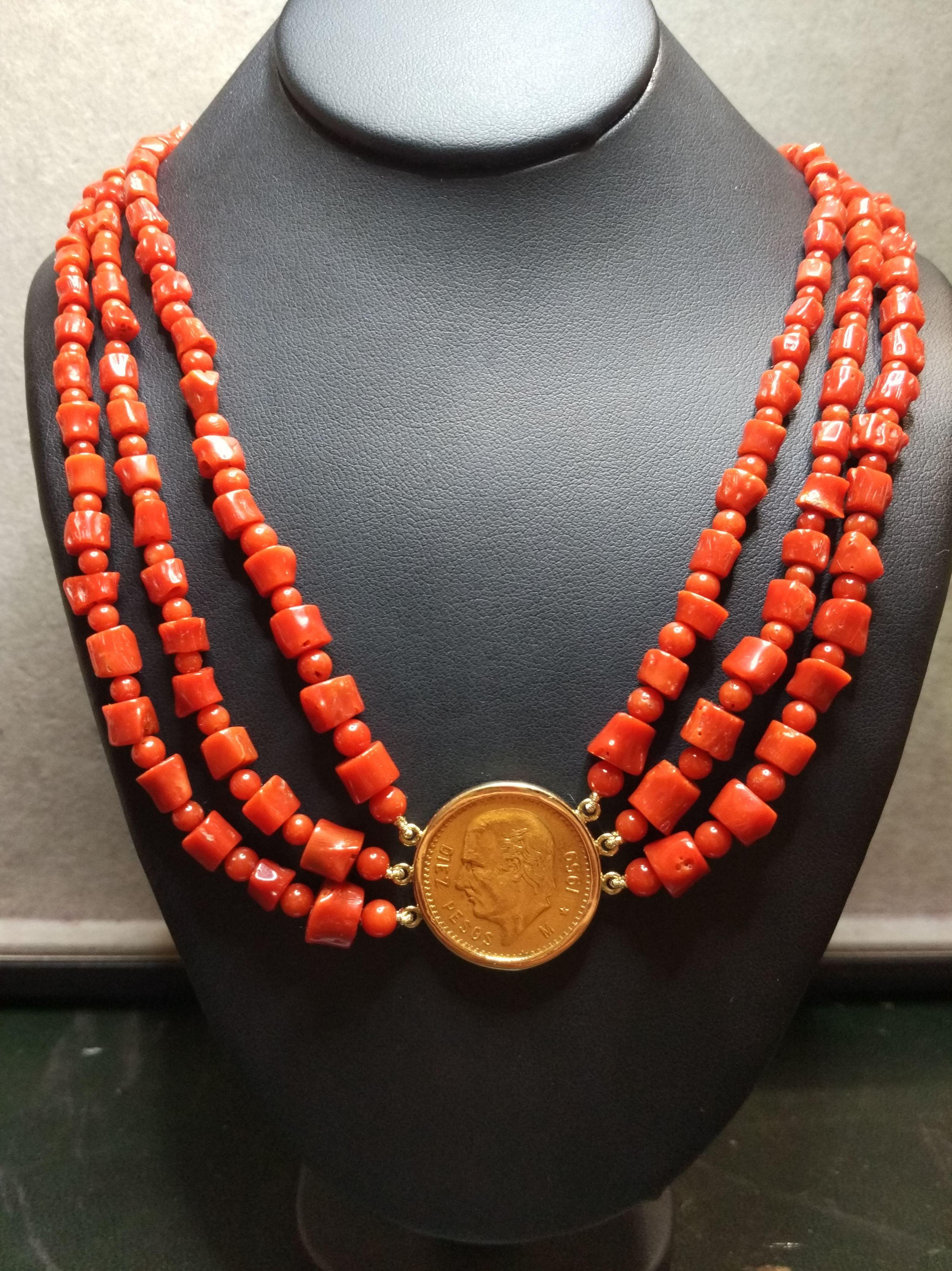 Collar con tres hilos de coral y moneda de oro de 22k. Moderno.: Catálogo de Antigua Joyeros