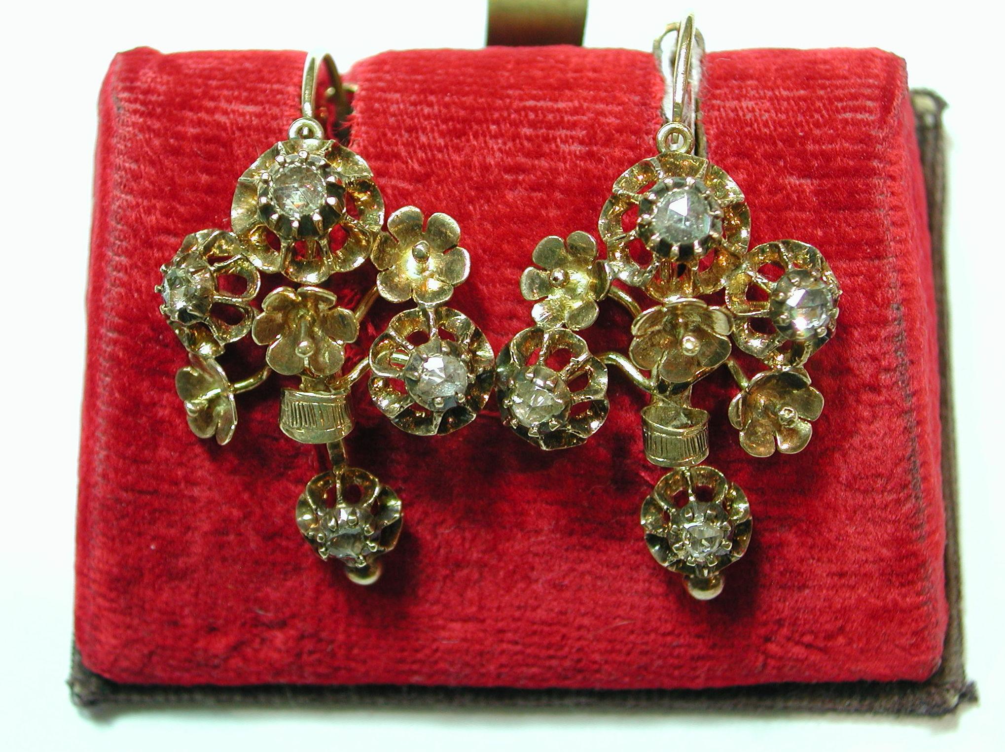 Pendientes con motivos florales de oro de 18k con diamantes. Mediados s.XIX: Catálogo de Antigua Joyeros