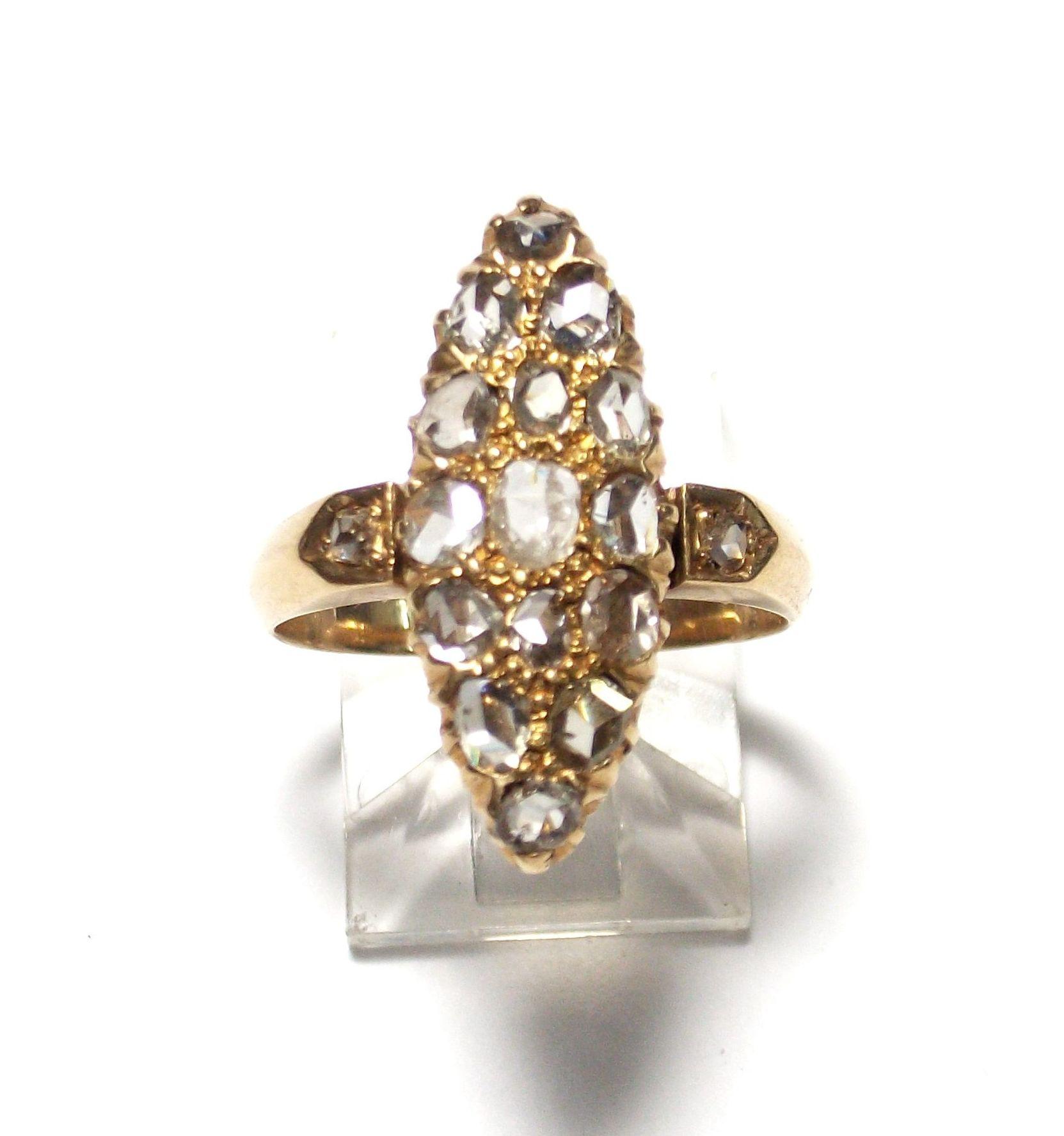 Sortija lanzadera realizada en oro de 18k con diamantes talla roca. Circa: Último tercio del s. XIX.