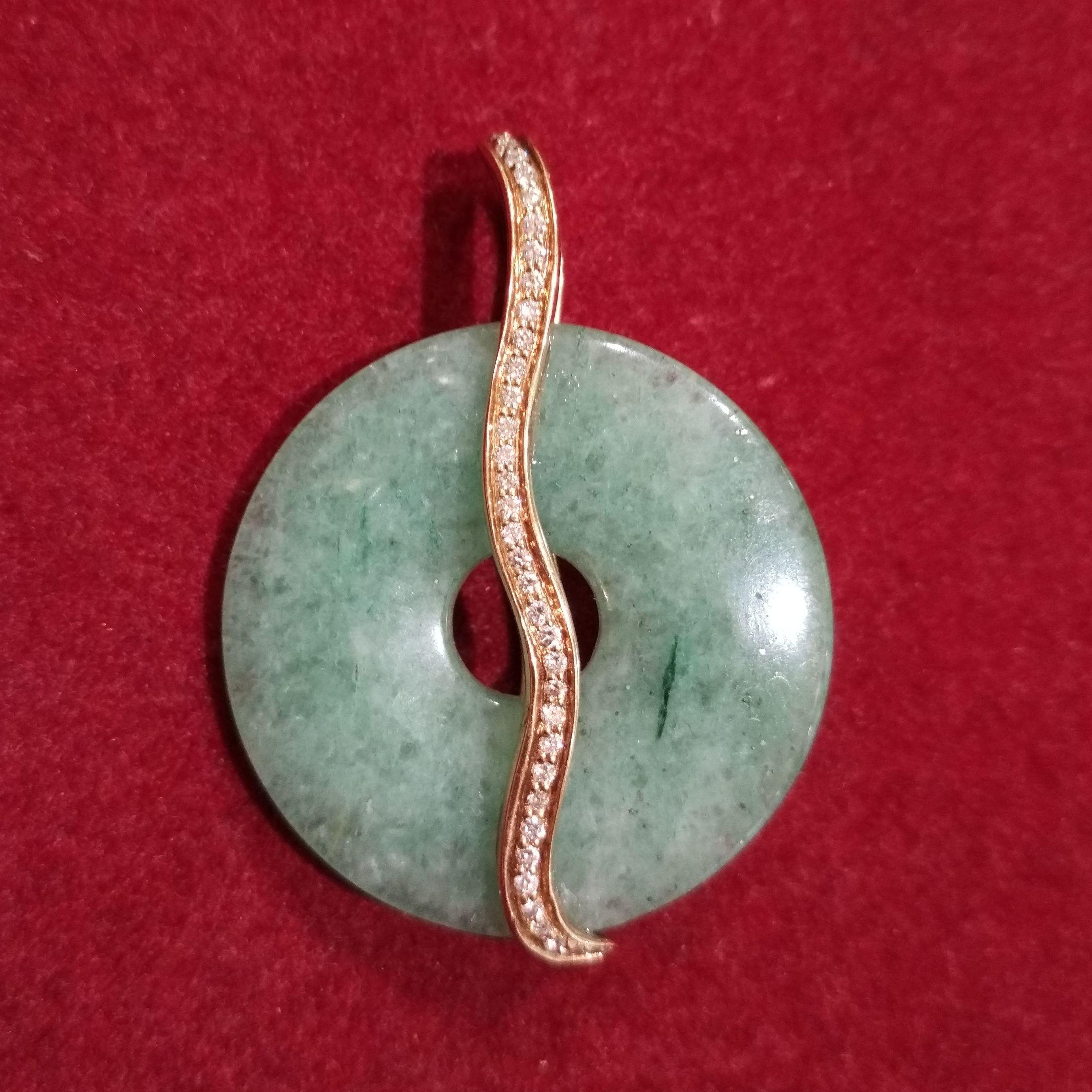 Colgante con montura de oro, brillantes y aro de jase. Moderno.: Catálogo de Antigua Joyeros