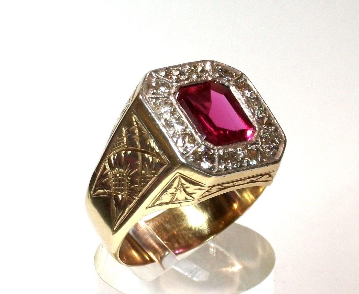Sortija de caballero realizada en oro de 18k con orla de diamantes y vidrio rojo. Circa: 1950-1960.