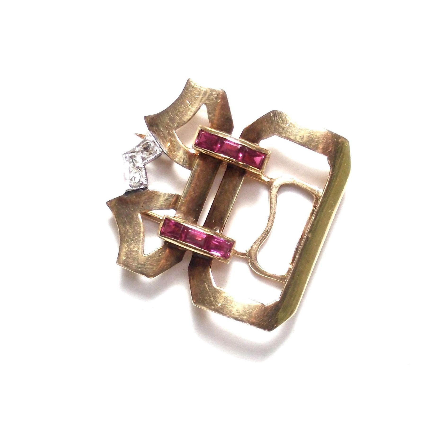 Broche de oro de 18k con diamantes y rubies calibrados. Circa: 1920-30.: Catálogo de Antigua Joyeros