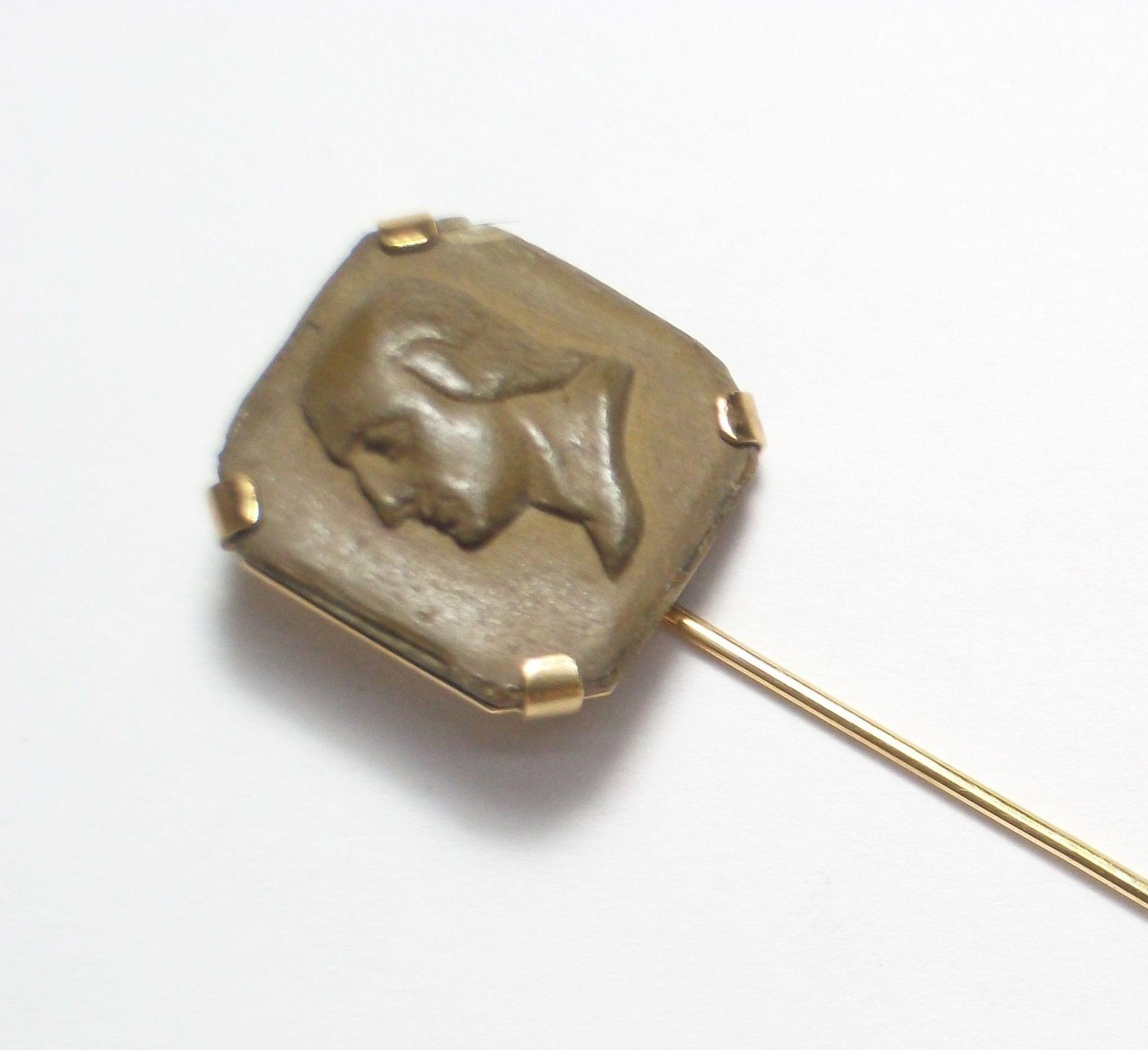 Aguja de corbata en oro de 18k con placa tallada de magma del s. XIX.: Catálogo de Antigua Joyeros