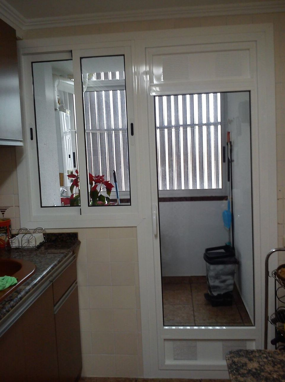 Compacto puerta + ventanal para cocinas. Rejillas de ventilación.