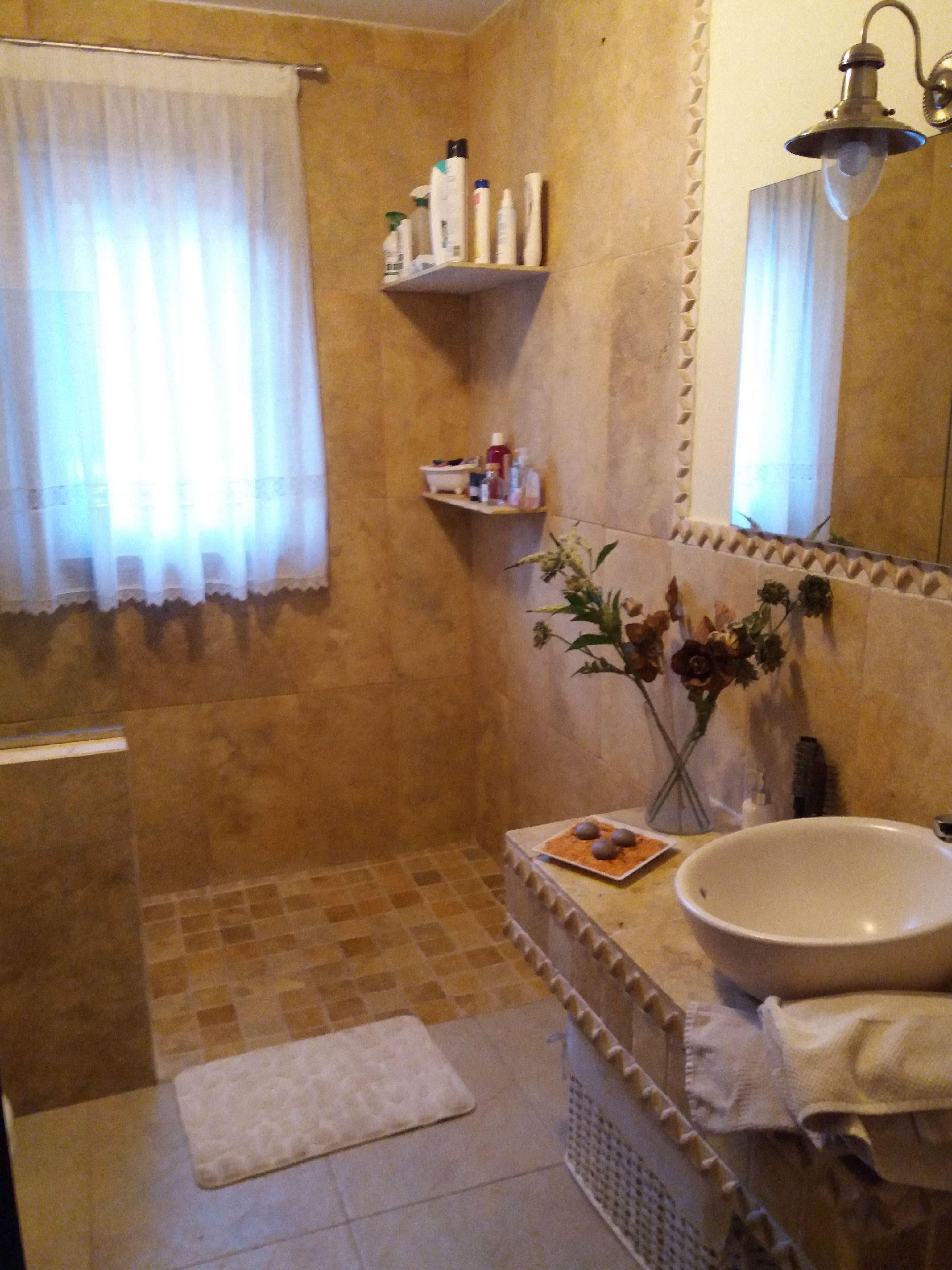 Baño con materiales naturales