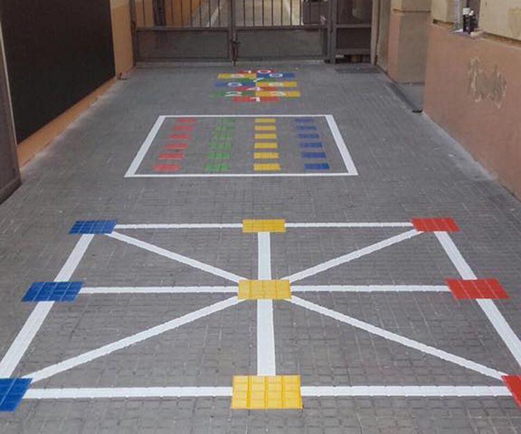Juegos infantiles pintados en el suelo en Tarragona