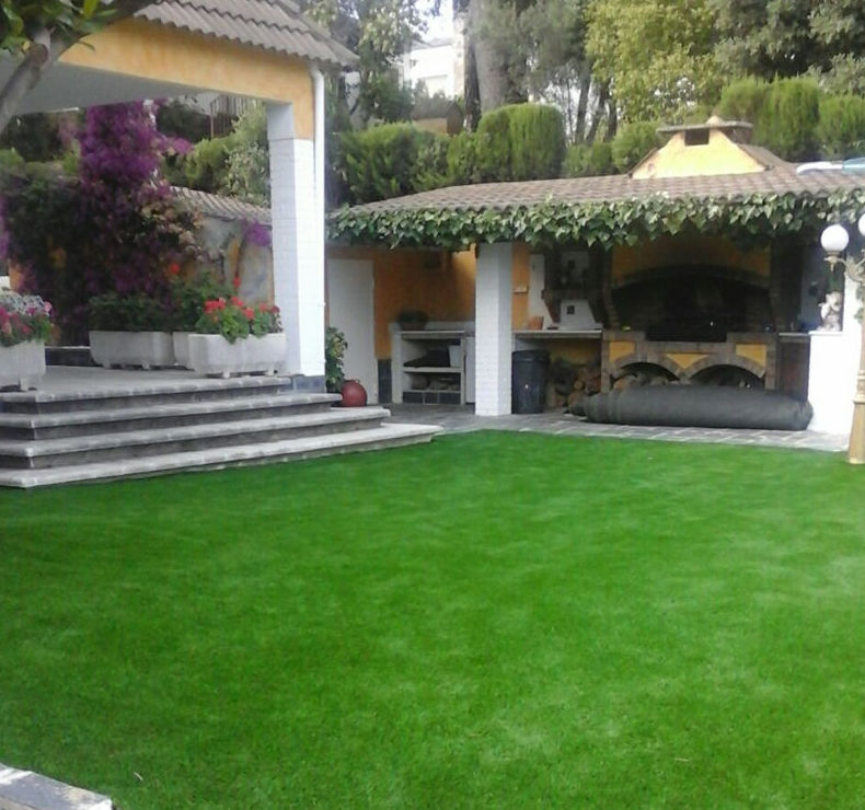 jardín con césped artificial en chalé