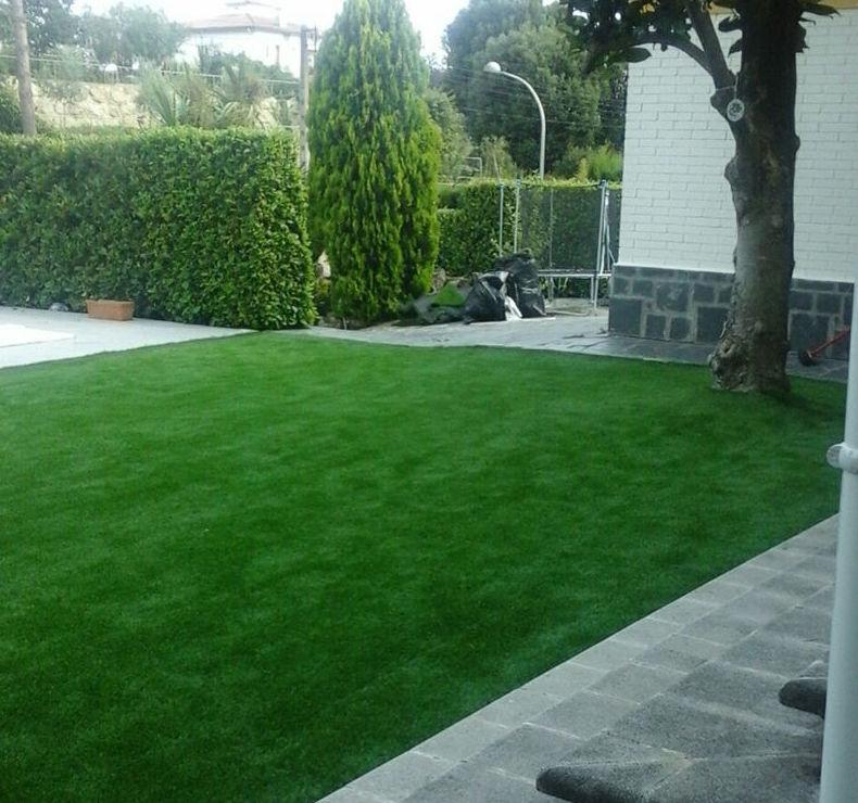 Mantenimiento de jardín con instalación de césped artificial
