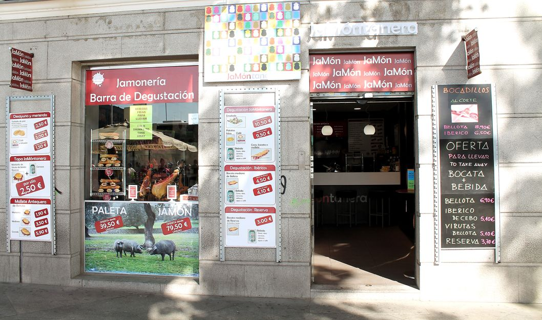 Jamonería con barra para degustación en Atrocha, Madrid