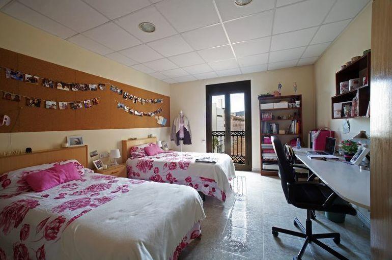 Habitación doble grande de la residencia de estudiantes en Barcelona