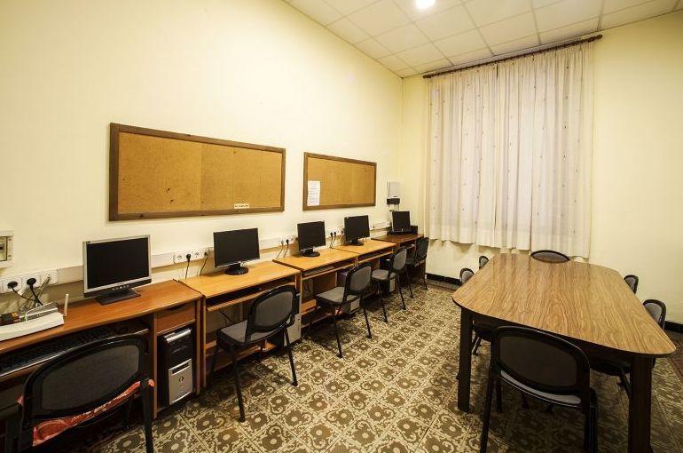 Sala de informática y grupos de la residencia de estudiantes en Barcelona