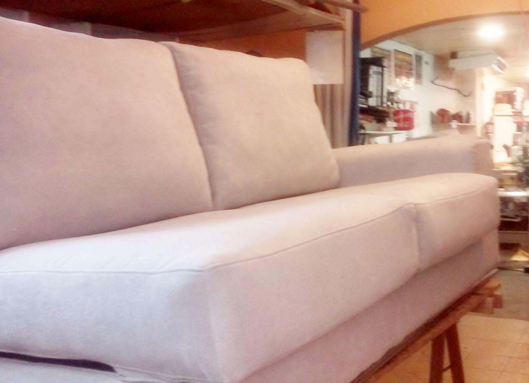 Sofá en su proceso final de tapizado, listo para entregar