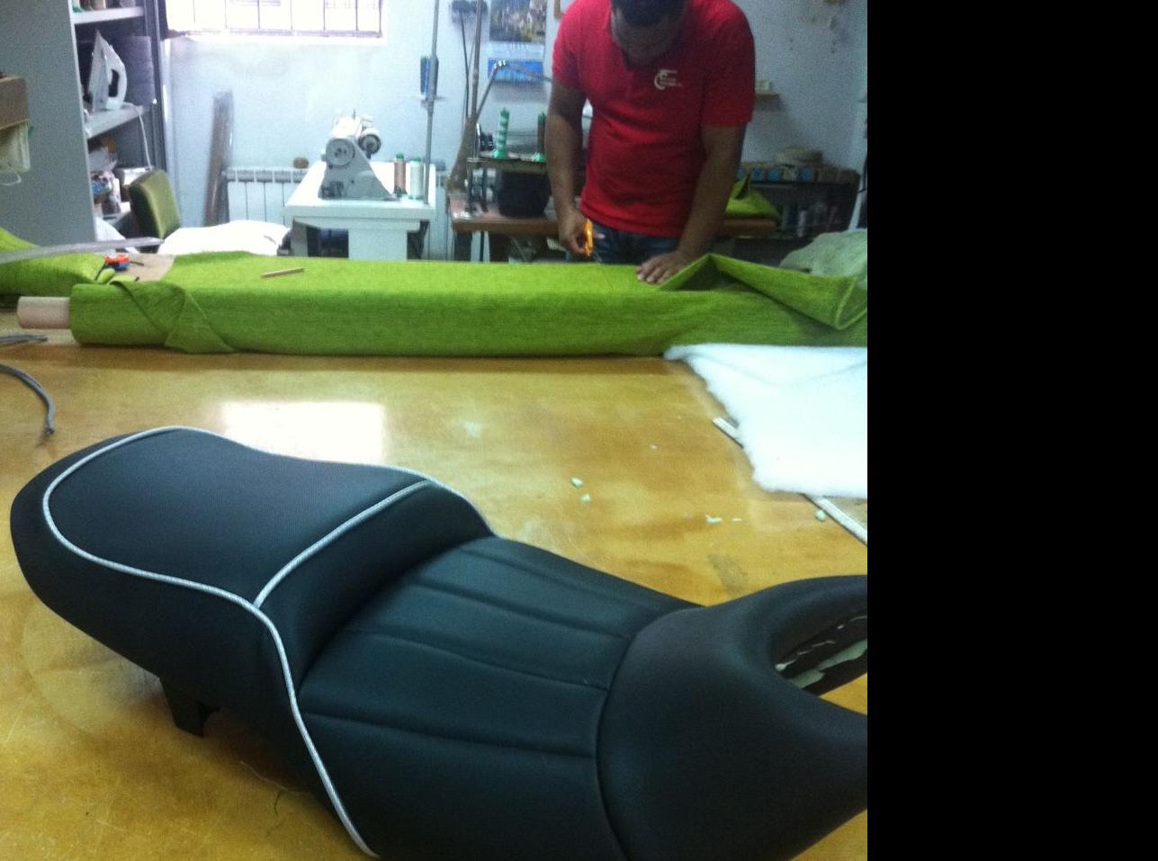 Realización de tapicería de sillín de moto