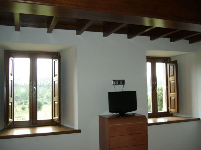 Ventanas interiores de habitación en madera