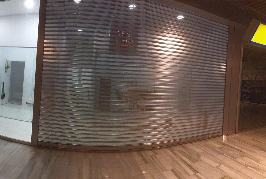 Fachada de local: cristal stadip y persiana automática motorizada