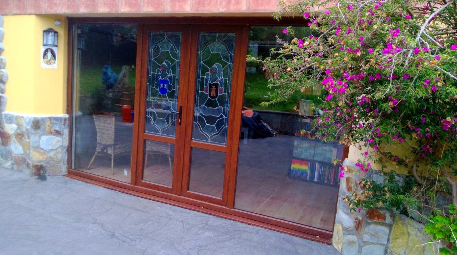 Entrada de casa en pvc color madera. Asturias