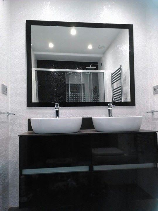Baño. Mueble, lavabos y espejo