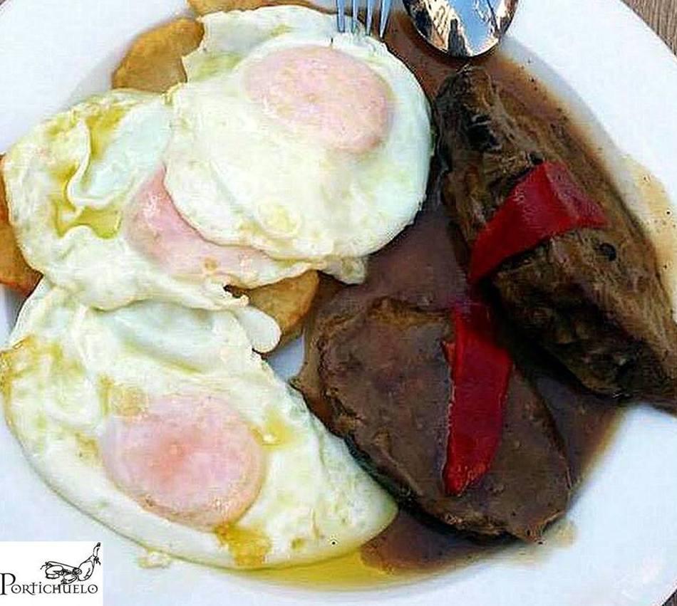 Presa rellena al horno con unos huevos de corral y sus patatas
