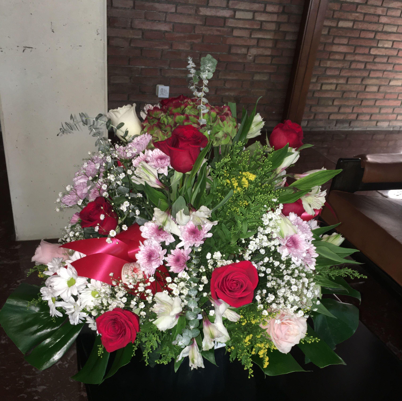 Centro de flores redondo en tonos primaveral