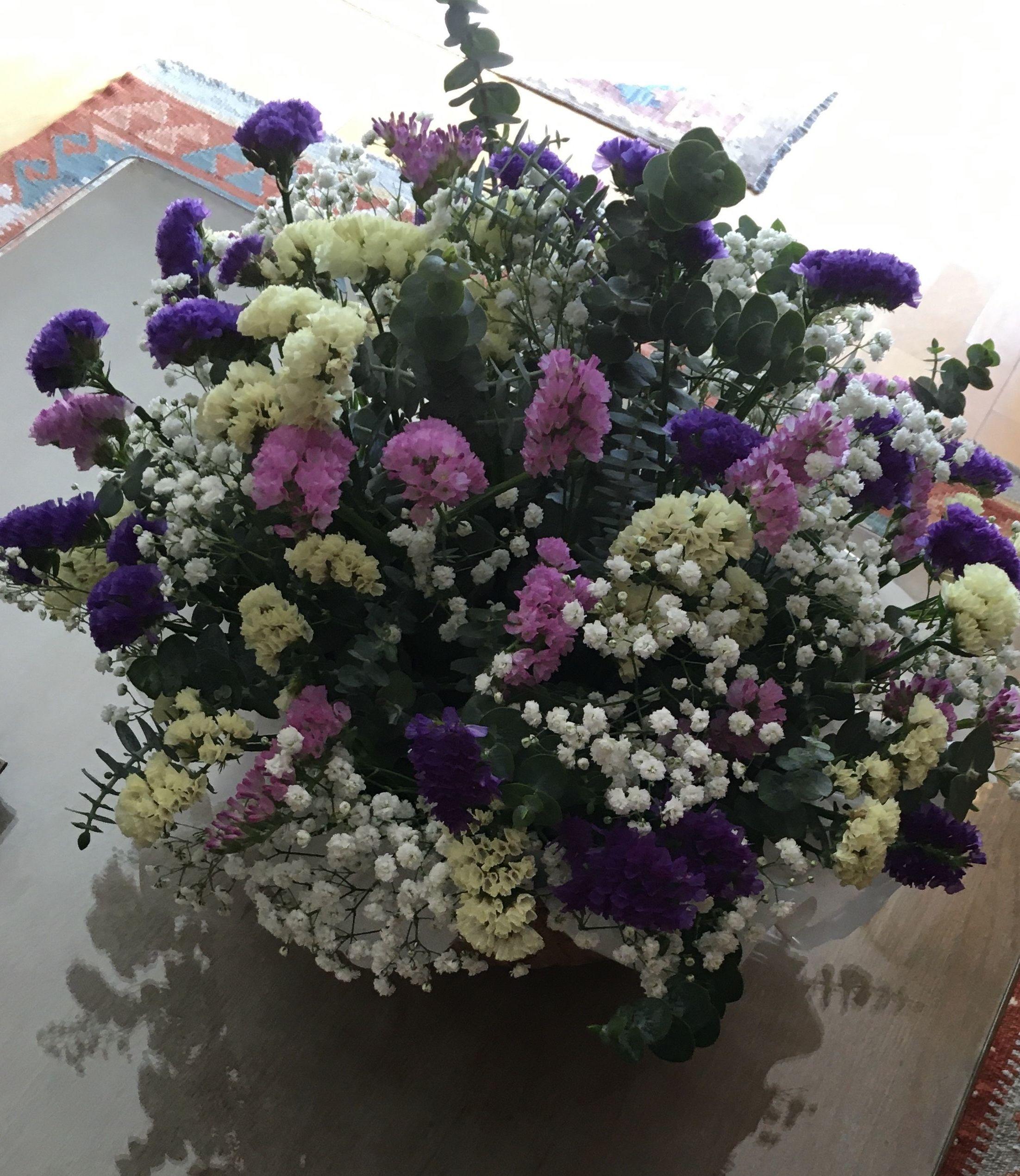 Centro de flores variadas, desde 35 € desplazamiento incluido