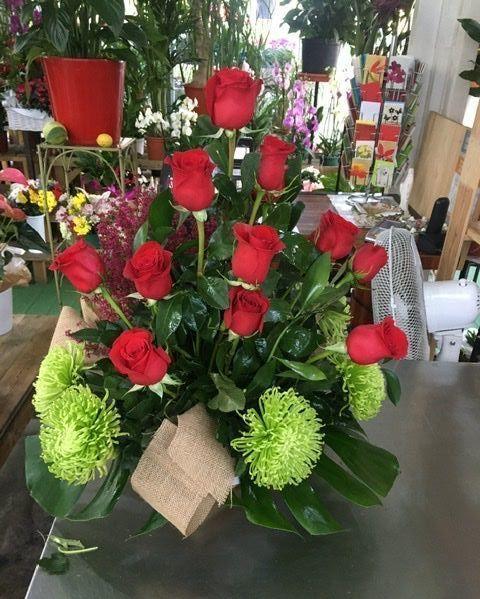 Centro de rosas rojas y ericas