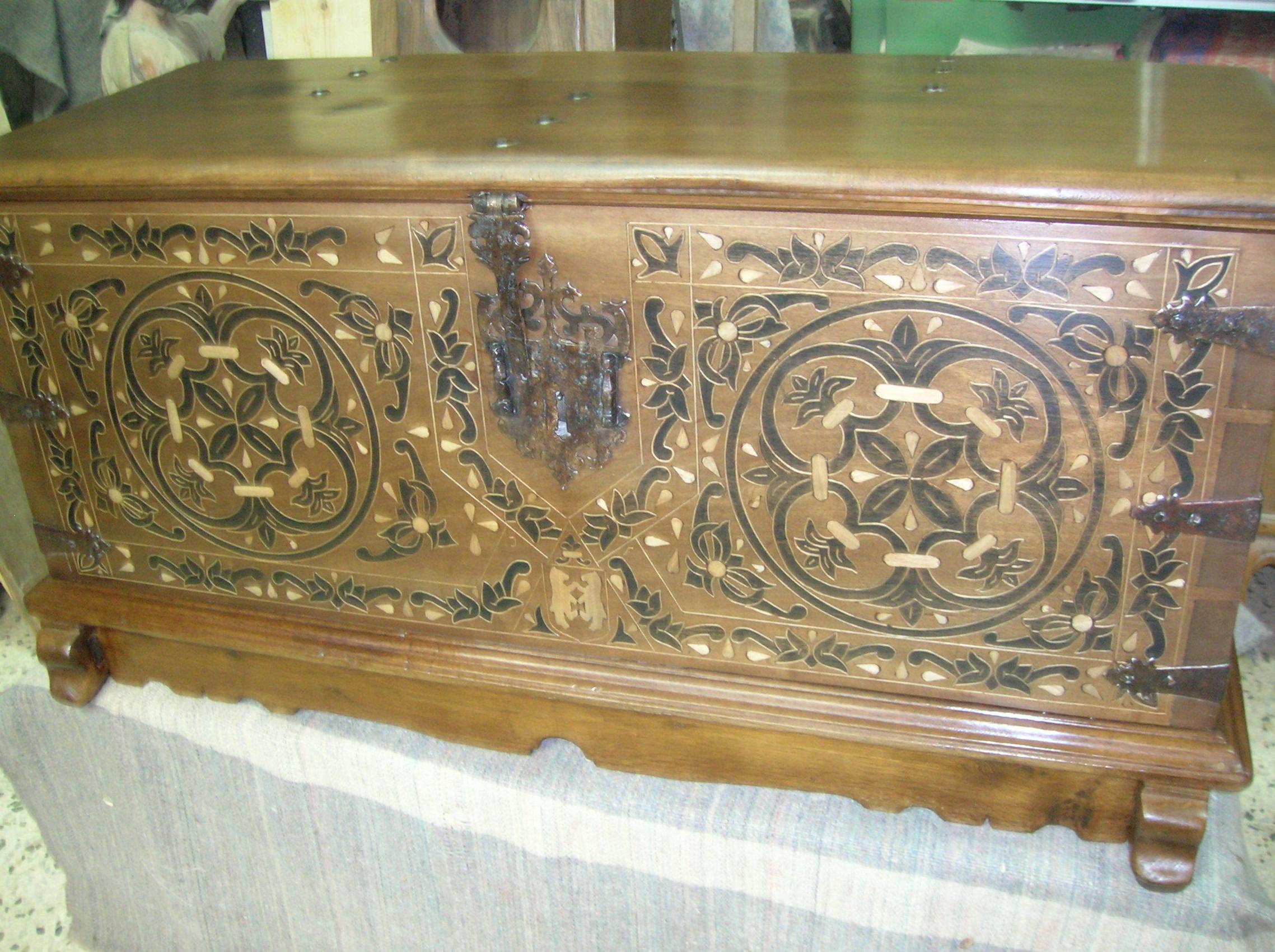 arca de nogal con taraceas