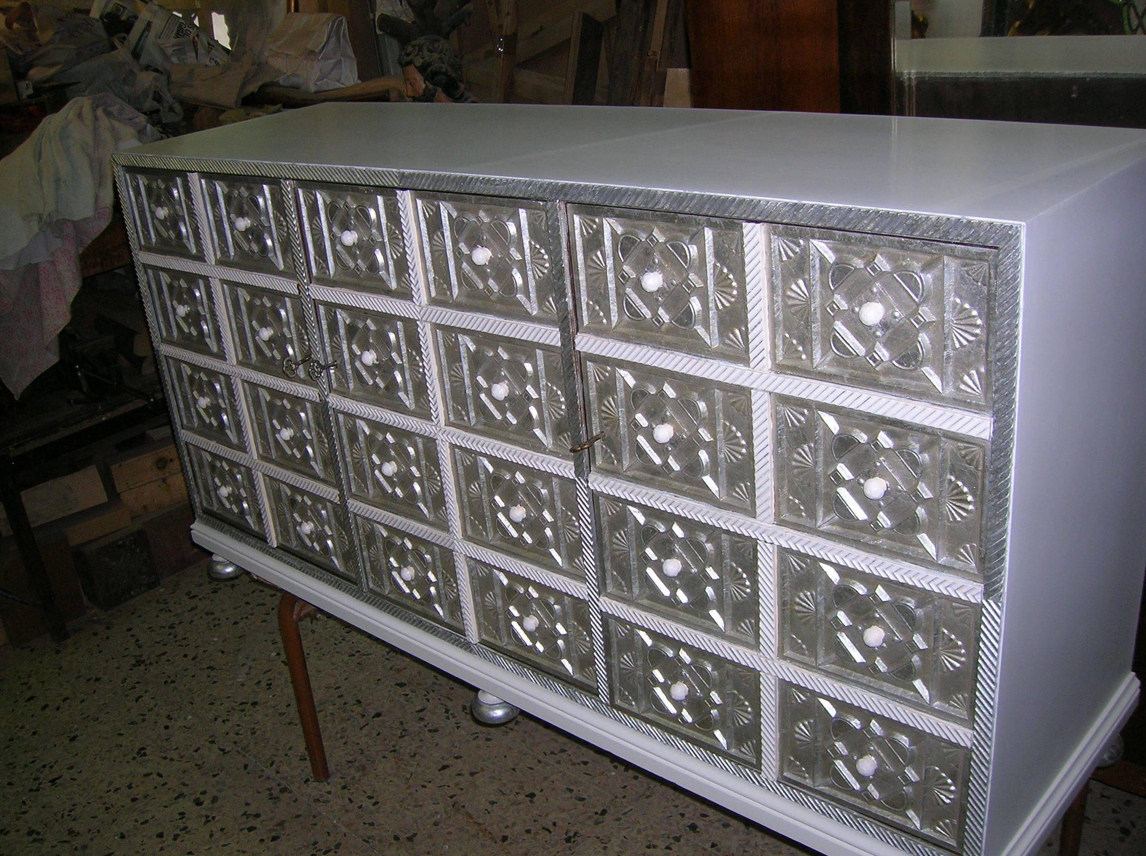mueble lacado en blanco y plata