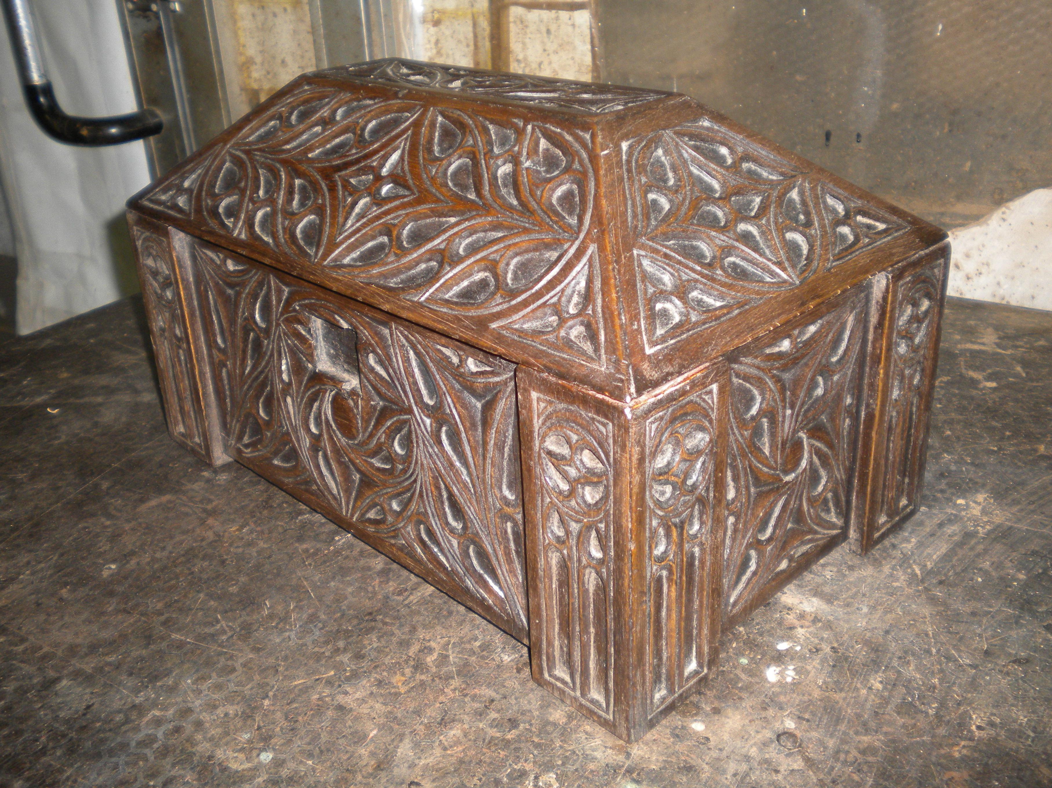 arqueta tallada en estilo gotico