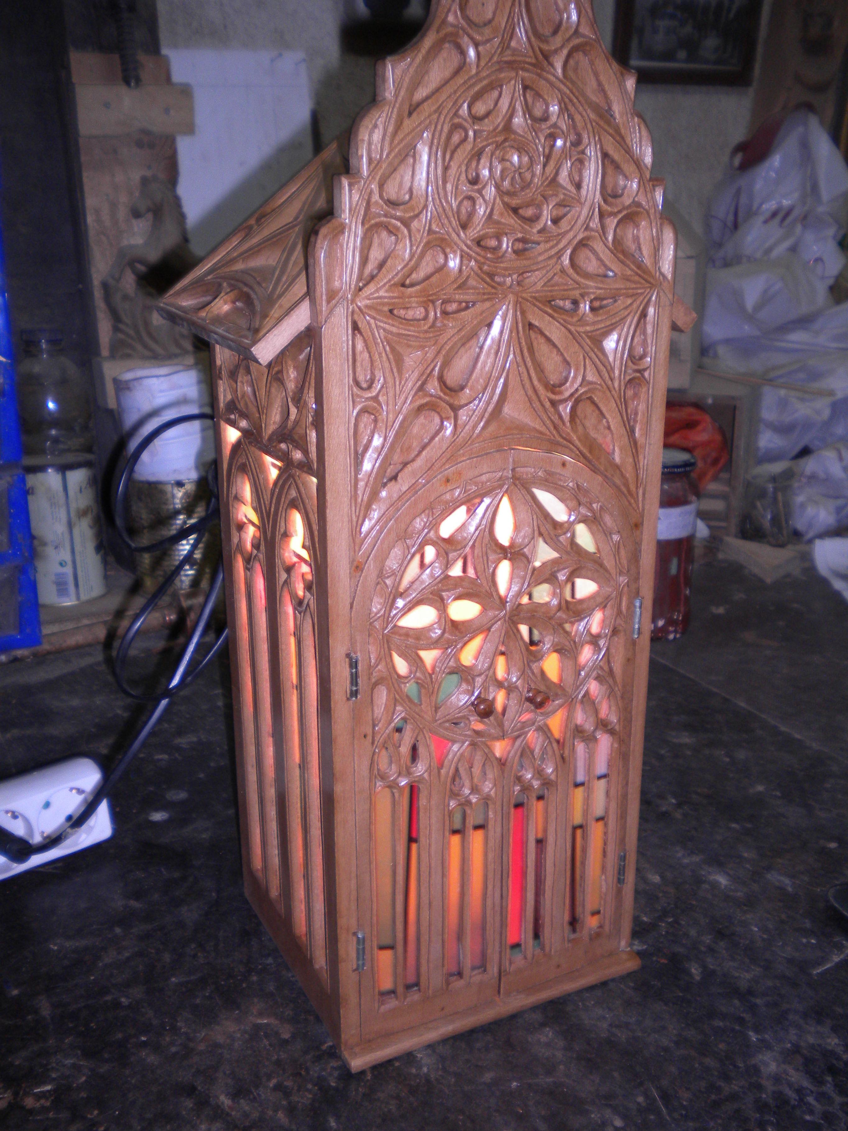 capilla con luz y vidrieras