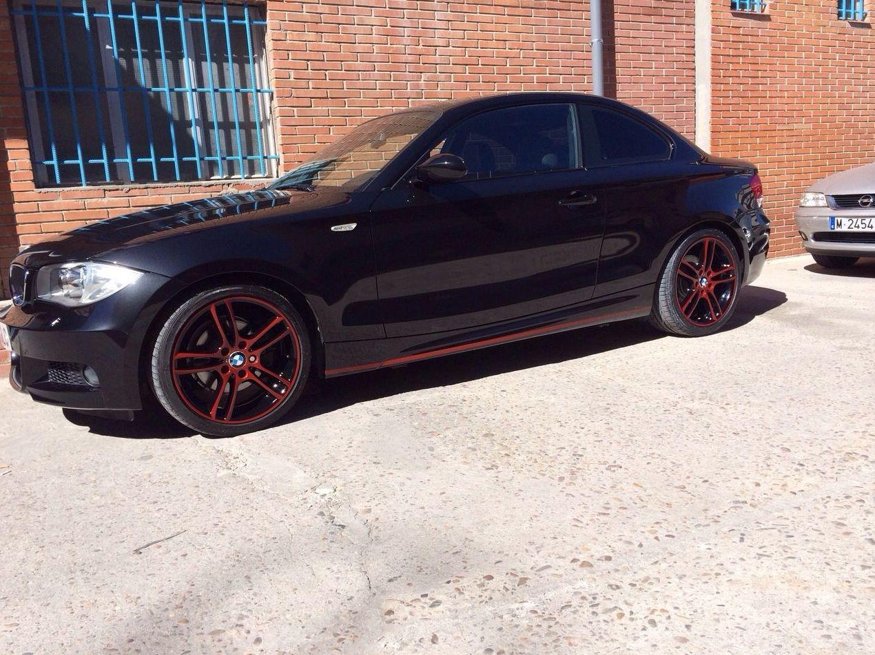 BMW 120 Coupé - Pintado en negro brillo con detalles rojo volcán y llantas a juego
