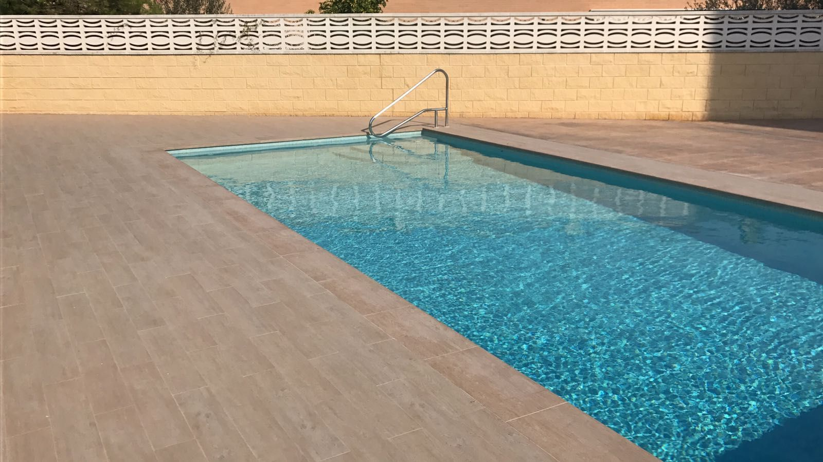 Empresa de construcci n de piscinas cambrils pavimentos y for Empresas de construccion de piscinas