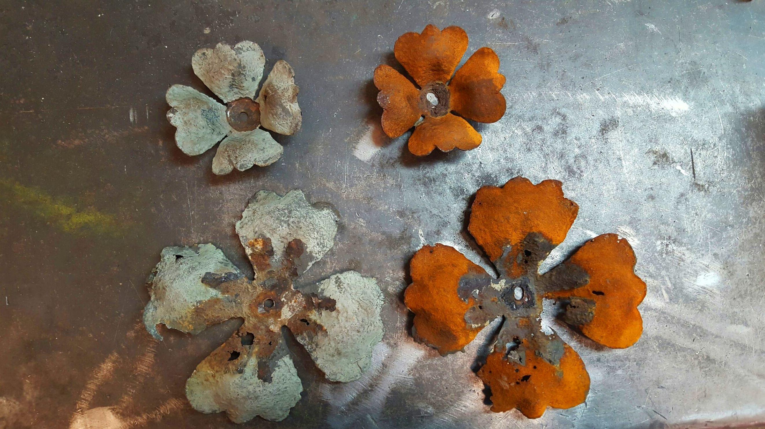 Flores de chapa para restaurar. Forja Pérez.