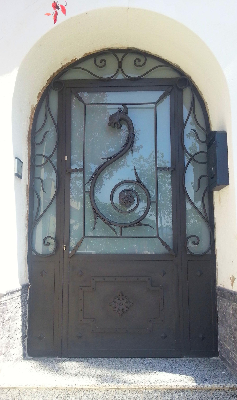 Forja Pérez. Puerta forjada con dragón.