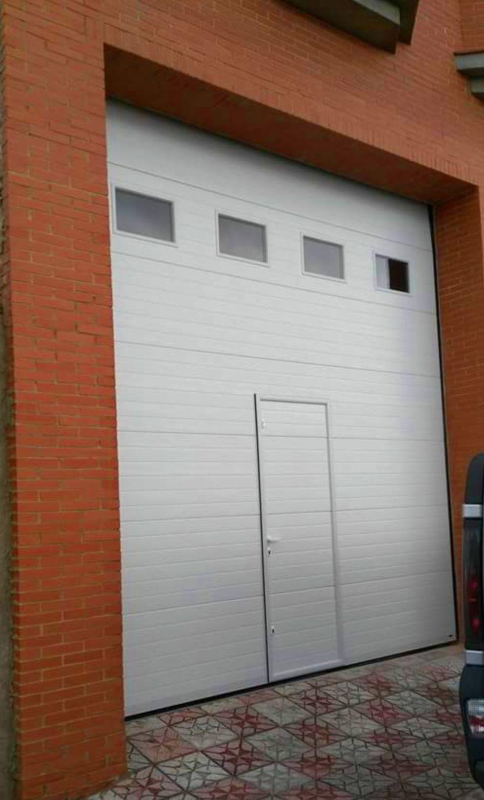 Puerta seccional blanca con ventanas traslucidas