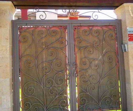 Instalación de puertas de hierro en forja