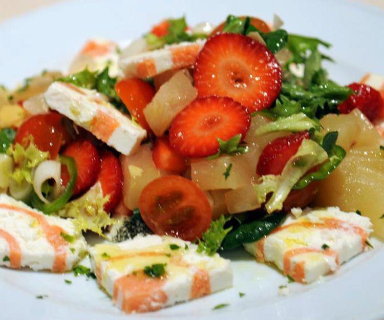 Ensalada de entretiempo con fruta fresca, queso de cabra y salmón ahumado