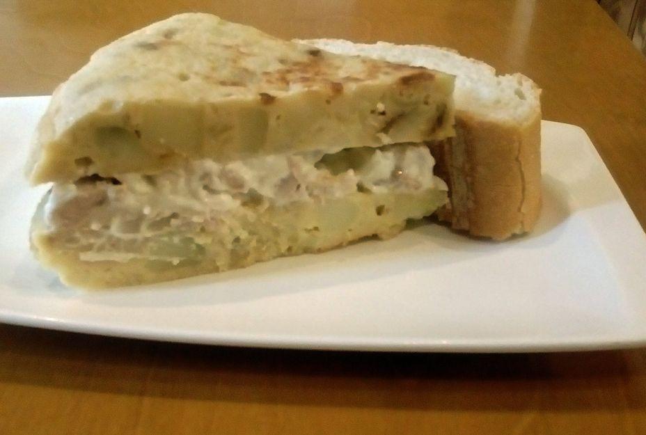 Tortilla rellena de ensaladilla
