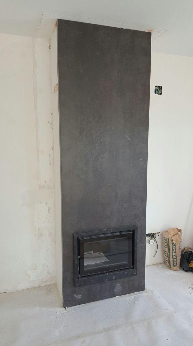 Revestimiento de chimenea en material porcelánico en una pieza de suelo a techo