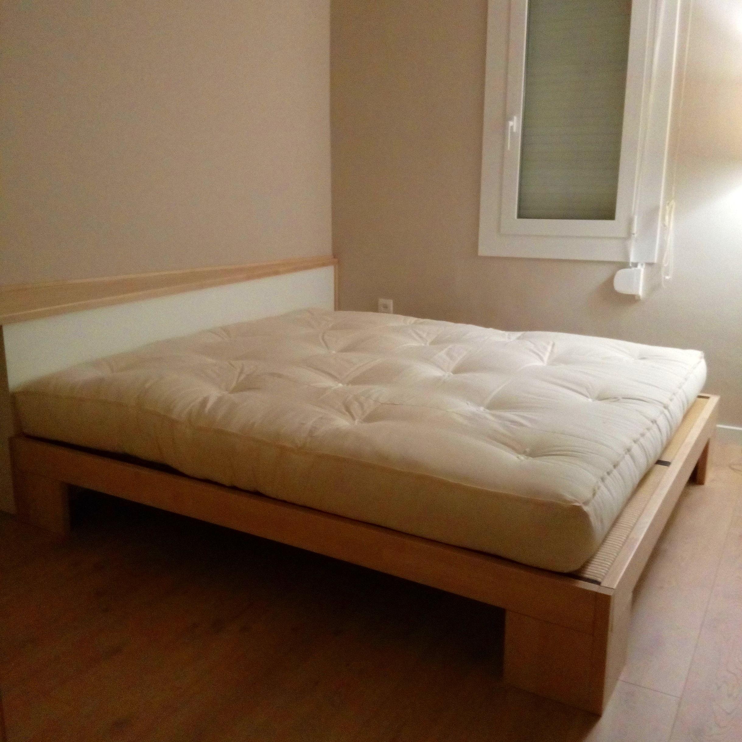 Conjunto cabezal y cama, realizado en haya blanca
