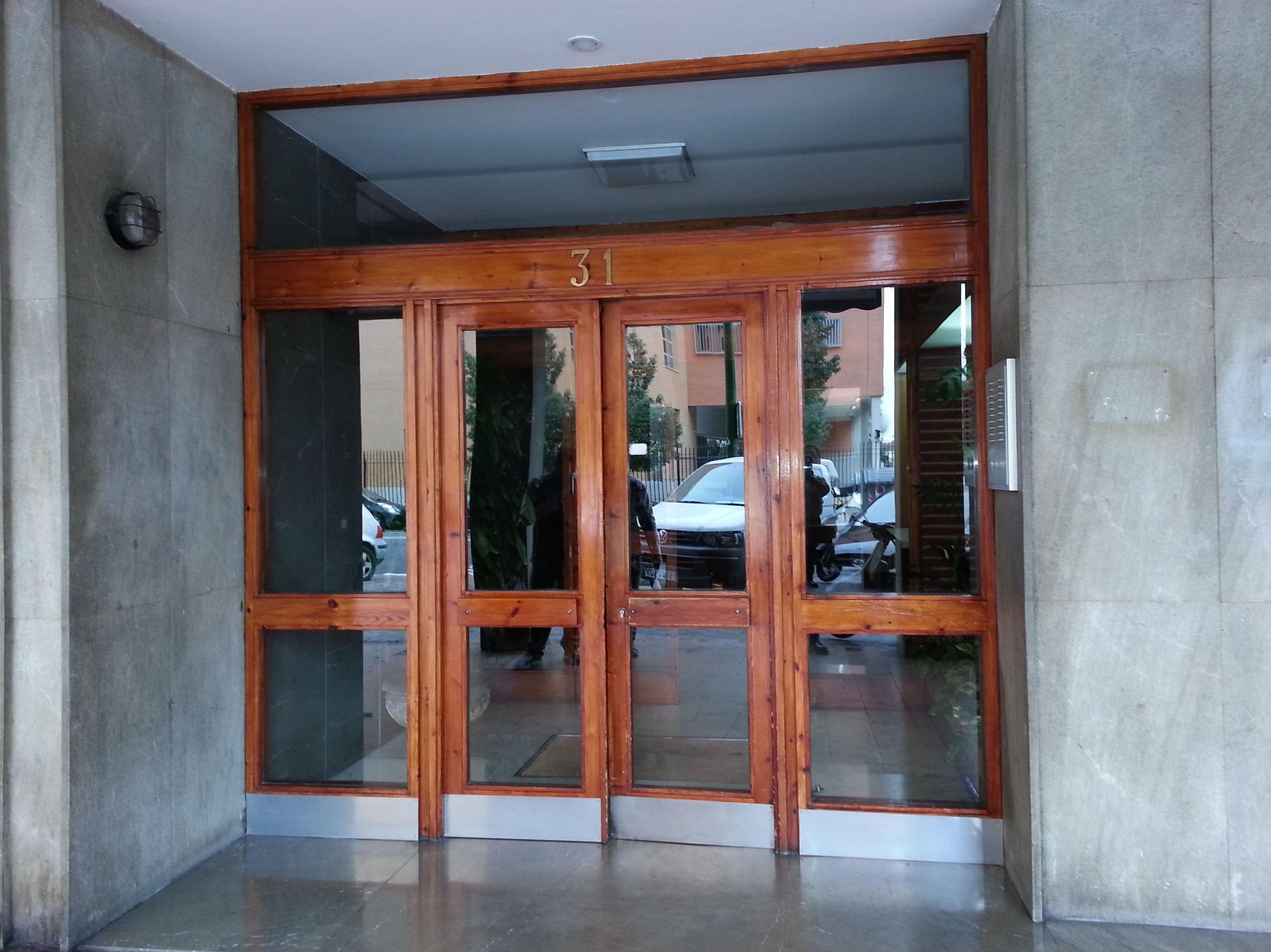 Carpintería de madera. Puertas de portales