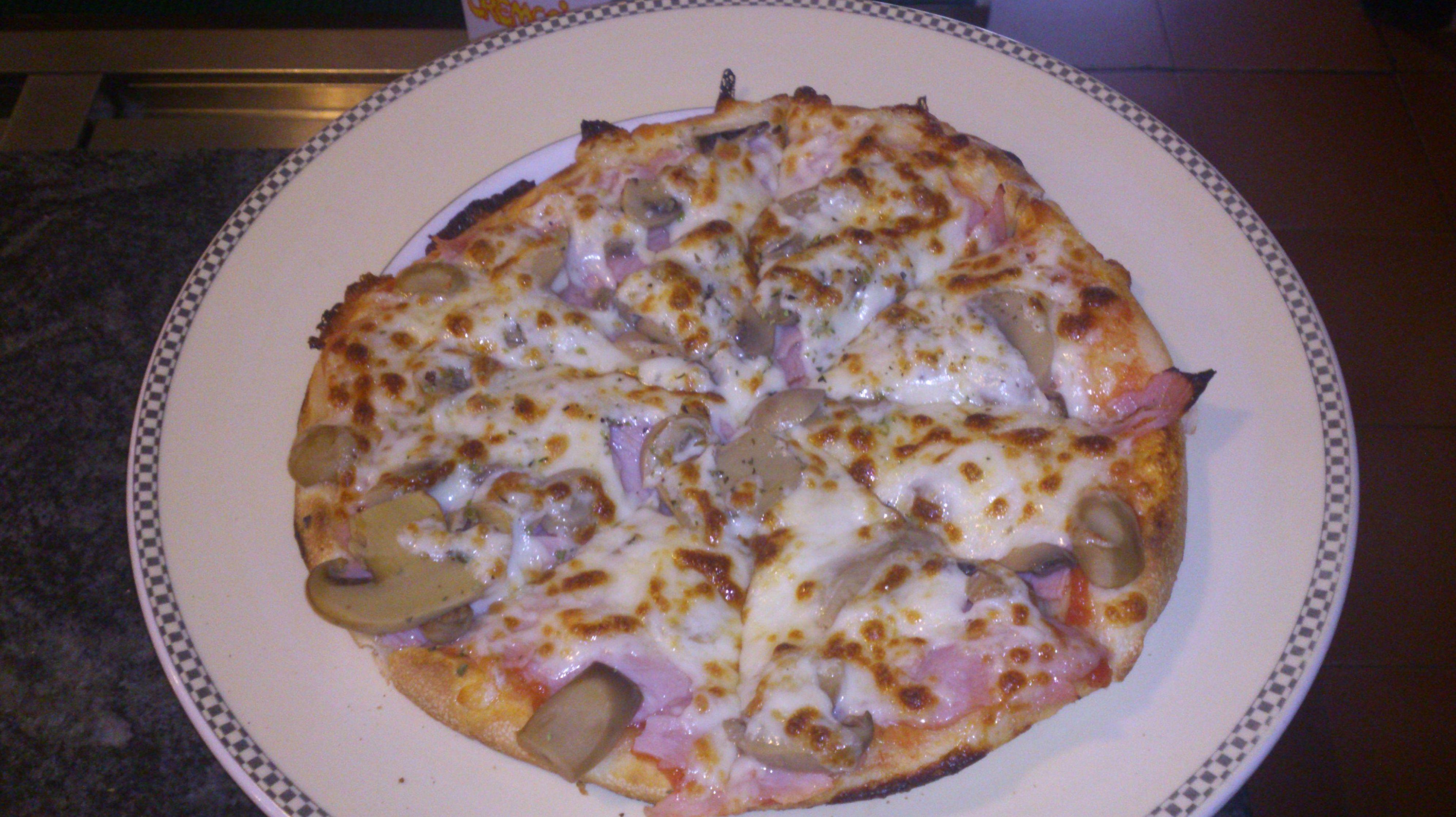 Pizza Romana: tomate, mozarella, york, champiñon y oregano