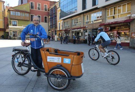 Carlos Rodríguez posa con un modelo de bici utilizado para transportar personas. / PALOMA UCHA