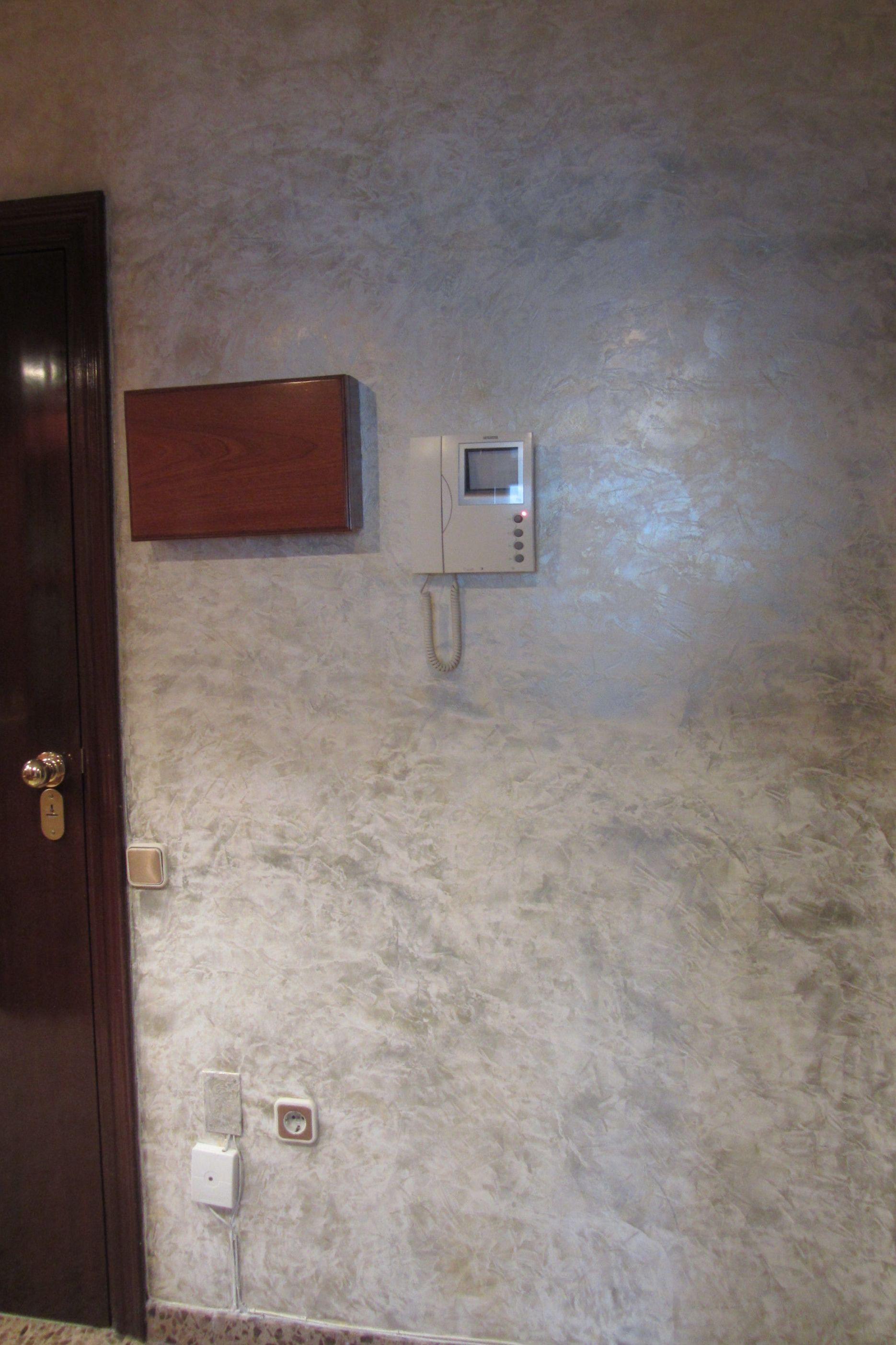 Detalle de pintura en pasillo de vivienda de Terrassa